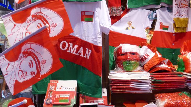 Fanartikel zum 45. Thronjubiläum von Sultan Qabus auf dem Souk in Mattrah; Foto: DW/Anne Allmeling
