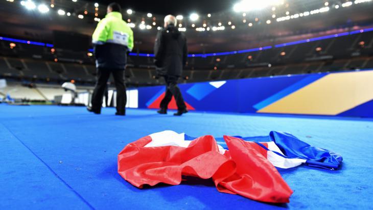 Französische Nationalfahne am Boden des Stade de France am 13. November 2015; Foto: picture-alliance/dpa/U. Anspach