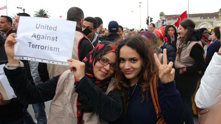 Junge Frauen demonstrieren gegen den Terror in Tunesien; Foto: DW/A.Abidi