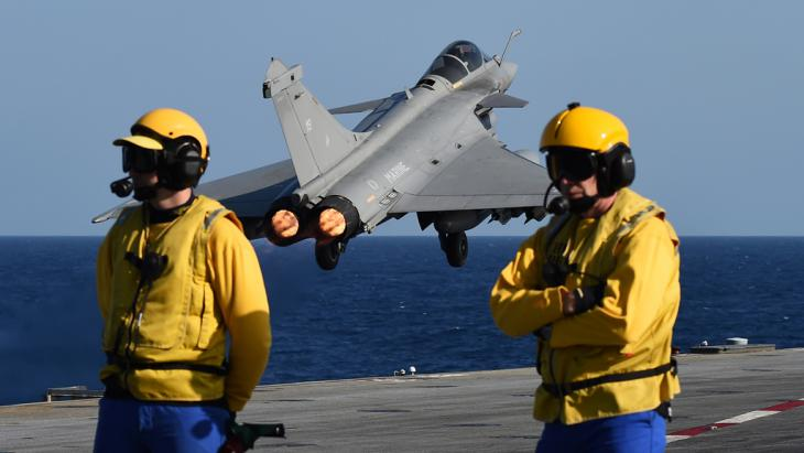 Französische Kampfjets starten vom Flugzeugträger Charles de Gaulle im Einsatz gegen den IS in Syrien; Foto: Getty Images/AFP/A. C. Poujoulat