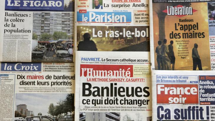 Französische Zeitungen berichten über die Ausschreitungen in den Pariser Banlieues im Jahr 2005; Foto: GABRIEL BOUYS/AFP/Getty Images