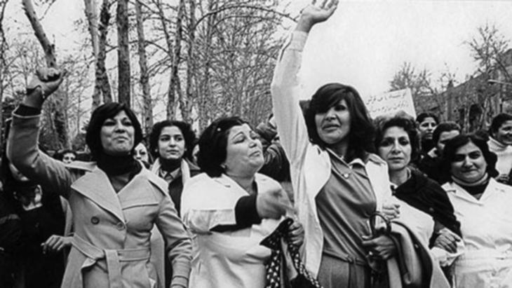 Iranische Frauen in Teheran demonstrieren gegen das unter Ayatollah Khomeini im Jahre 1979 erlassene Gesetz zur Islamischen Kleiderordnung (Hijab) für Frauen; Quelle: DW