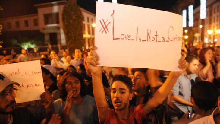 """""""Liebe ist kein Verbrechen"""": Demonstration in Rabat im Juli 2015 nach einem tätlichen Angriff auf einen Homosexuellen; Foto: picture-alliance/dpa/A. Senna"""
