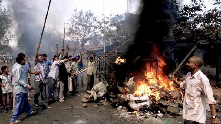 Pogrom in Gujarat im Jahr 2002; Foto: AP