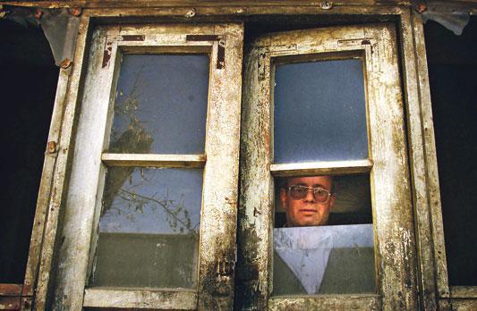 Zebulon Simentov, der letzte Jude Afghanistans, blickt aus dem Fenster seiner Wohnung in Kabul; Foto: Reuters