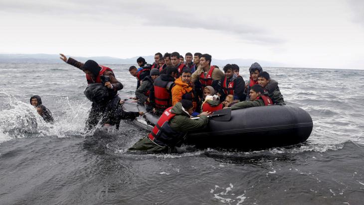 Flüchtlinge landen mit einem Schlauchboot auf Lesbos; Foto: Reuters/Y. Behrakis