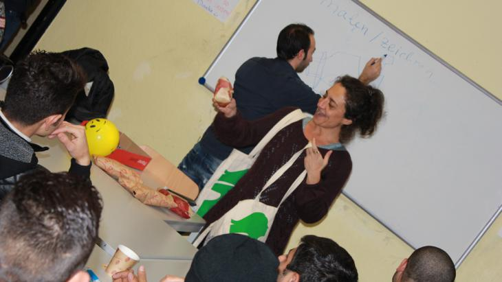 Lehrerin Alev Erisöz Reinke während ihres Sprachkurses für Flüchtlinge in Bonn; Foto: DW/M. Hallam