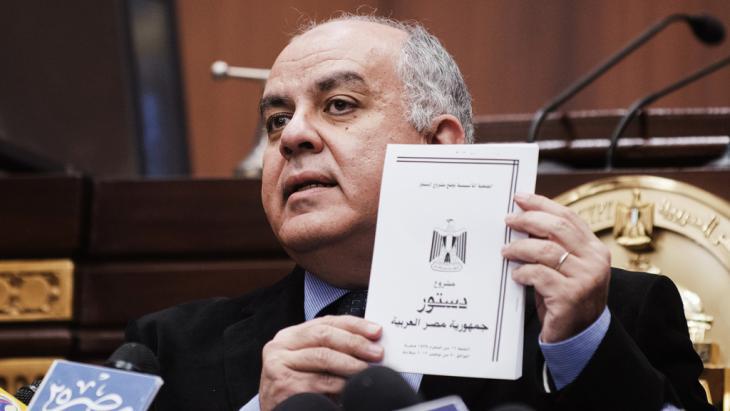 Amr Darrag, Präsident der Verfassungsgebenden Versammlung, stellt im Dezember 2012 den Entwurf der neuen ägyptischen Verfassung vor; Foto: Getty Images/AFP/G. Guercia