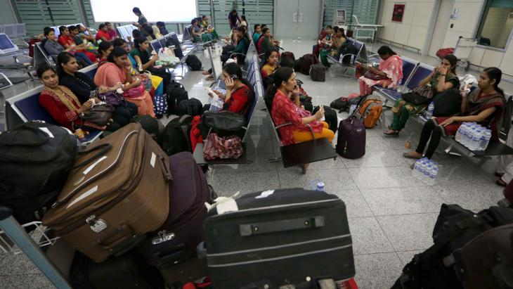 Indische Gastarbeiter am Flughafen in Neu Delhi; Foto: SAFIN HAMED/AFP/Getty Images