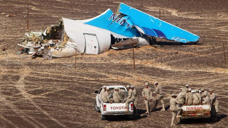 Trümmerteile des abgestürzten russischen Passagierflugzeugs auf dem Sinaui; Foto: imago/ITAR-TASS