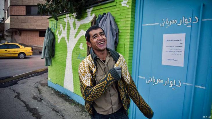 Eine warme Strickjacke gegen die winterlichen Temperaturen – diesem Mann ist die Freude über das neue Kleidungsstück anzusehen; Foto: Mehr