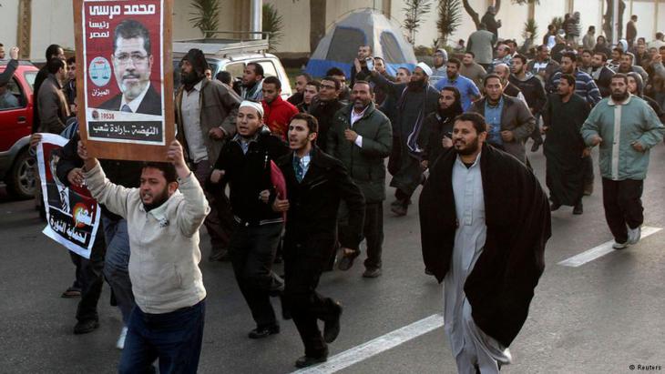 Anhänger Mohamed Mursis demonstrieren für ihren Präsidenten in Kairo; Foto: Reuters