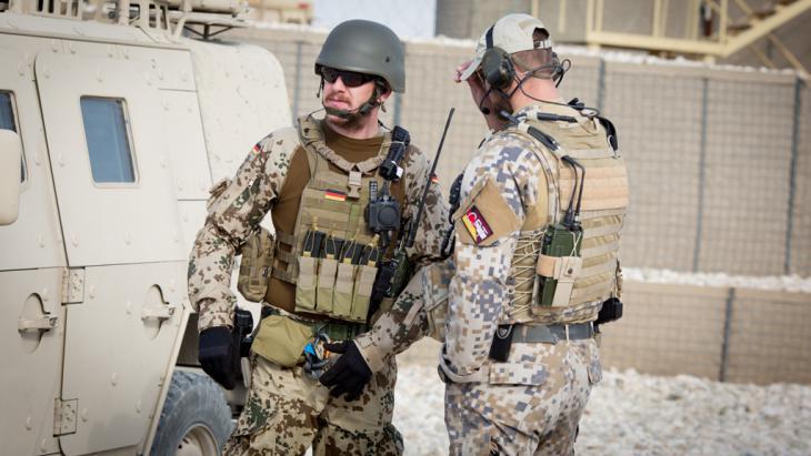 Bundeswehrsoldaten am Camp Shaheen,  in der Nähe von Masar-i-Scharif. Foto: Kay Nietfeld/dpa