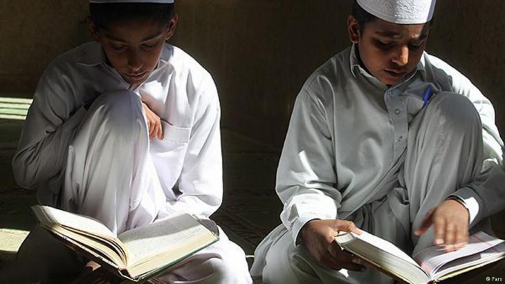 Sunniten in der iranischen Provinz Balutschistan lesen im Koran