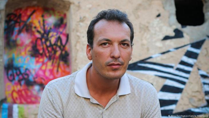 """Porträt von Mehdi Ben Cheikh, der in Tunis die Galerie """"32 bis"""" führt; Foto: Sarah Mersch"""