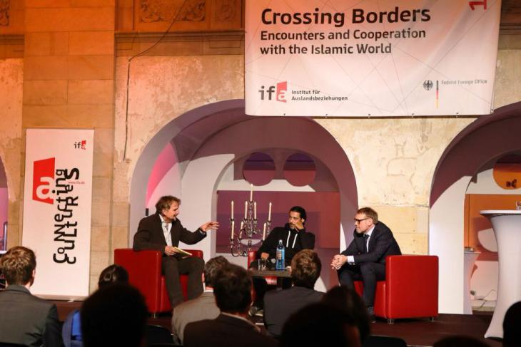 Andreas Görgen und Abbas Khider diskutieren auf der Bühne