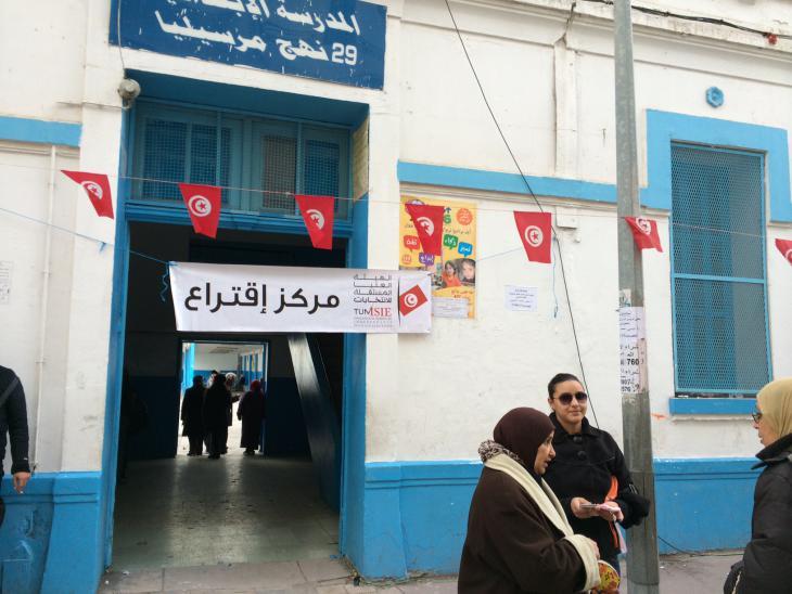Frauen vor einem tunesischen Wahllokal; Foto: Christina Omlin