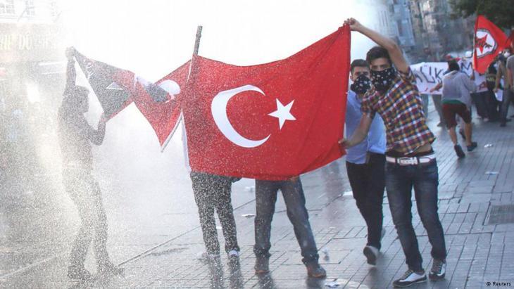Gezi-Park Demonstranten werden mit Wasserwerfern bekämpft