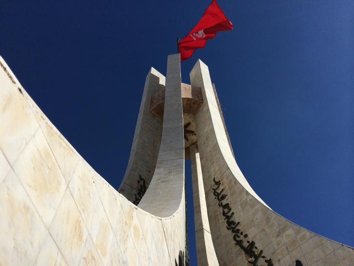 Flagge vor dem Regierungspalast in Tunis; Foto: Christina Omlin