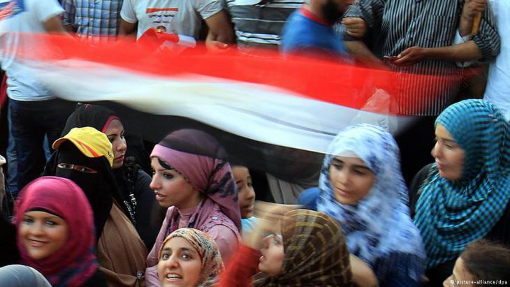 Junge Frauen auf dem Tahrir-Platz in einem Bereich, der von Beschützern abgeschirmt wird. Foto: DPA