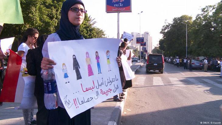 """Protest gegen männliche Übergriffe: """"Belästigung hat nichts mit Klamotten zu tun"""". Foto: dw"""