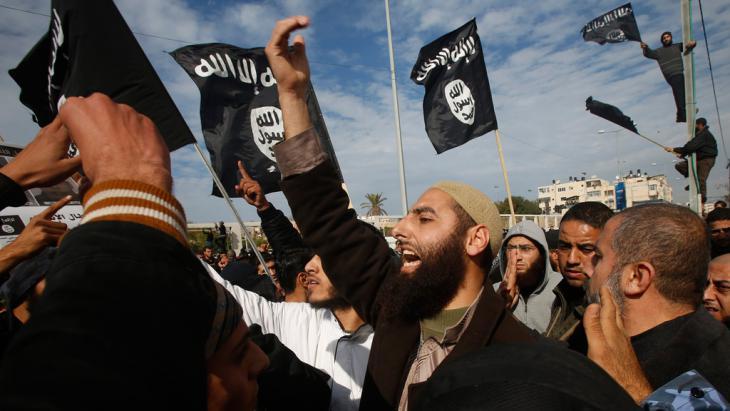 """Anhänger der Dschihadistenmiliz """"Islamischer Staat""""; Foto: Reuters/Suhaib Salem"""