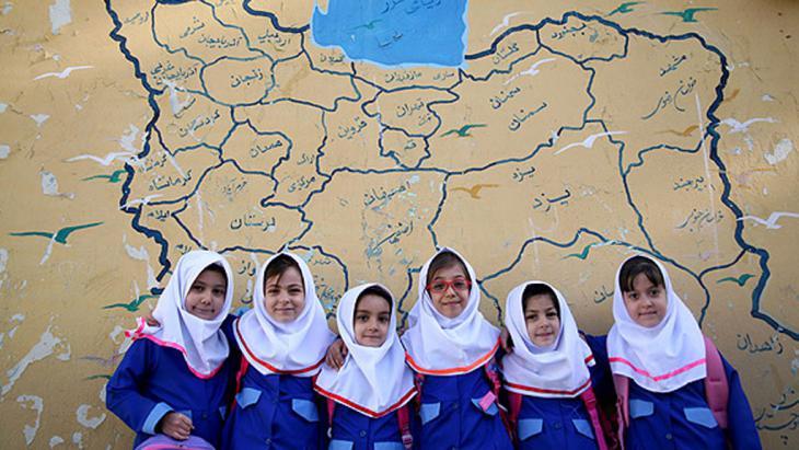 Iranische Schülerinnen vor einer iranischen Landkarte; Foto: MEHR