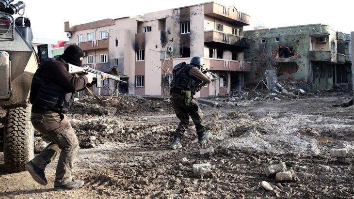 Türkisches Militär im Einsatz gegen die PKK in Cizre; Foto: picture-alliance/abaca