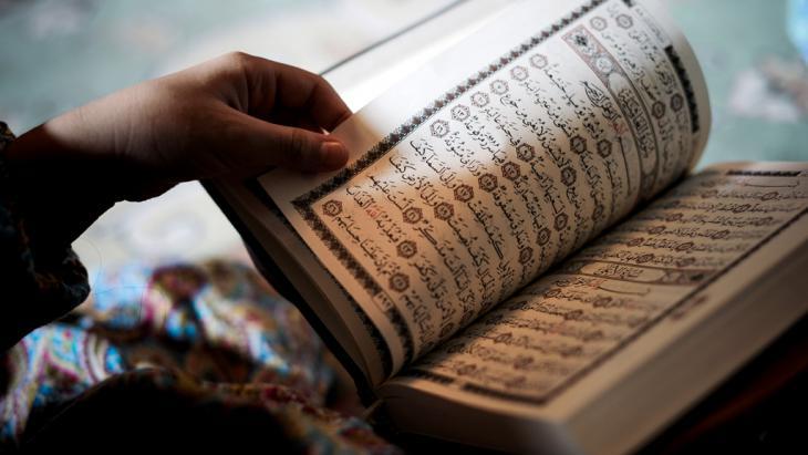 Schiitische Muslima aus Bahrain liest den Koran; Foto: Getty Images/AFP/M. Al-Shaikh