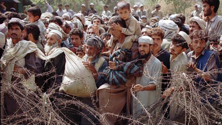 Afghanische Flüchtlinge vor einem Stacheldrahtzaun an der Grenze zu Pakistan; Foto: AP
