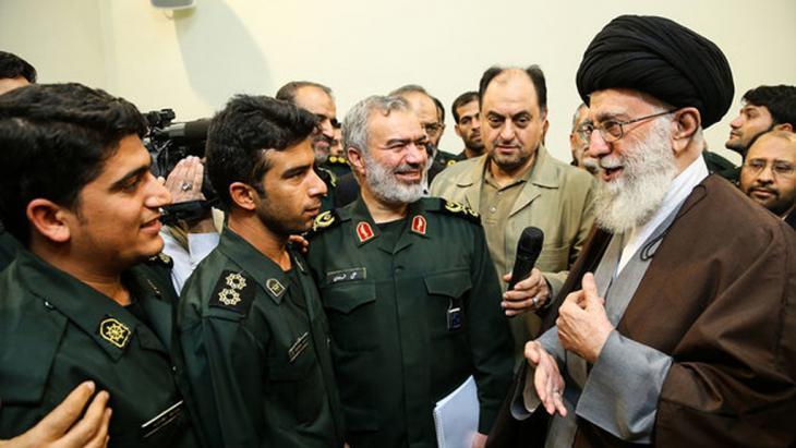Der geistliche Führer Irans Ali Chamenei trifft am 24.01.2016 die Mitglieder der Revolutionsgarde; Foto: MEHR