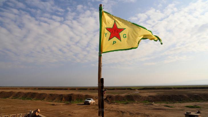 Kurden drängen den IS im Sindschar-Gebirge zurück und hissen die Fahne der kurdischen Volksverteidigungseinheiten (YPG); Foto: Reuters/Massoud Mohammed