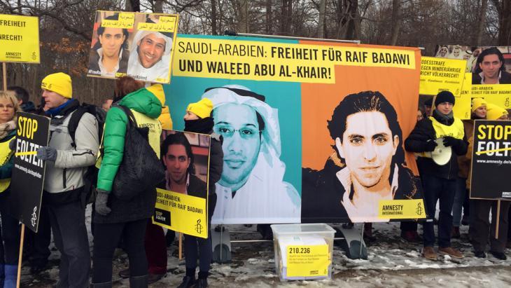 Kamapgne für die Freilassung Raif Badawis und Abu al-Khair vor der saudischen Botschaft in Berlin; Foto: DW