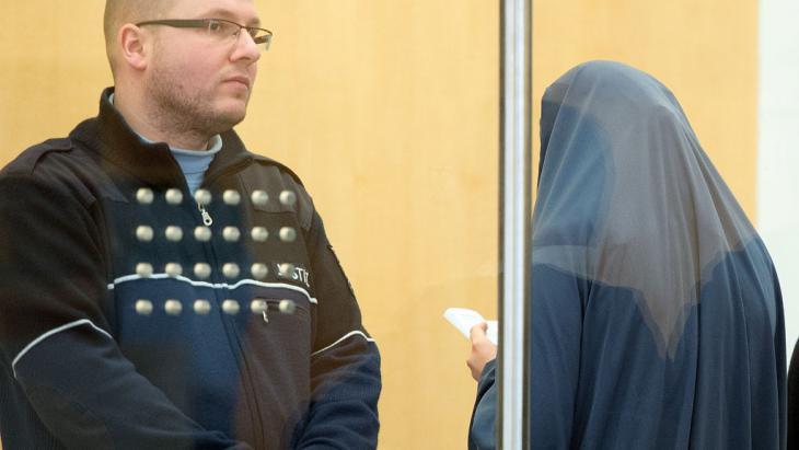 IS-Unterstützerin vor dem Düsseldorfer Oberlandesgericht; Foto: picture-alliance/dpa