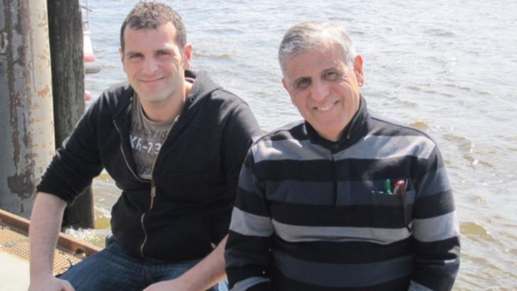 Ein Bild aus glücklichen Tagen: Mohammed Ghouzi mit einem seiner Söhne; Quelle: privat