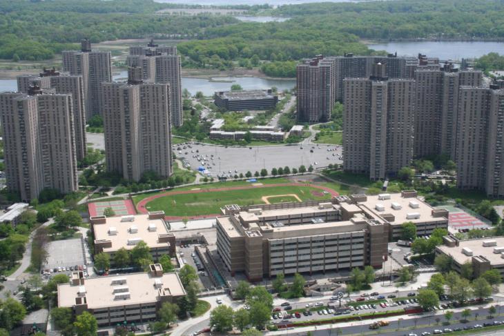 Die Harry S. Truman High School und der Campus der Hochschule in Co-Op City, New York City; Foto: wikipedia/David L. Roush