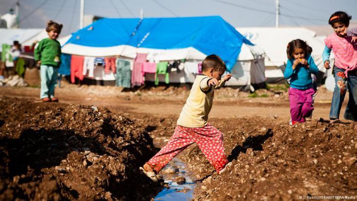 Flüchtlingskinder spielen in einem Camp; Foto: Jacob Russell/TRANSTERRA media