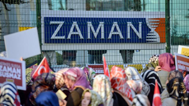 "Proteste gegen die Stürmung der ""Zaman""-Redaktion in Istanbul; Foto: picture-alliance/abaca/Depo Photos"