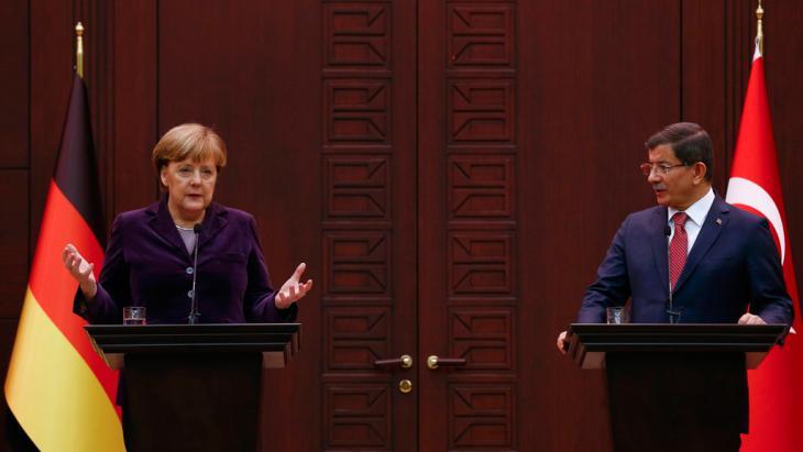 Die deutsche Kanzlerin Angela Merkel bei einem Pressegespräch mit dem türkischen Ministerpräsident Ahmet Davutoglu in Ankara; Foto: Reuters/U. Bektas