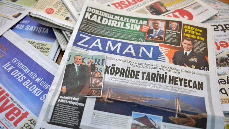 """Regierungsfreundliche Ausgabe der """"Zaman"""" einen Tag nach der Stürmung der Redaktion; Foto: Getty Images/AFP/A. Altan"""