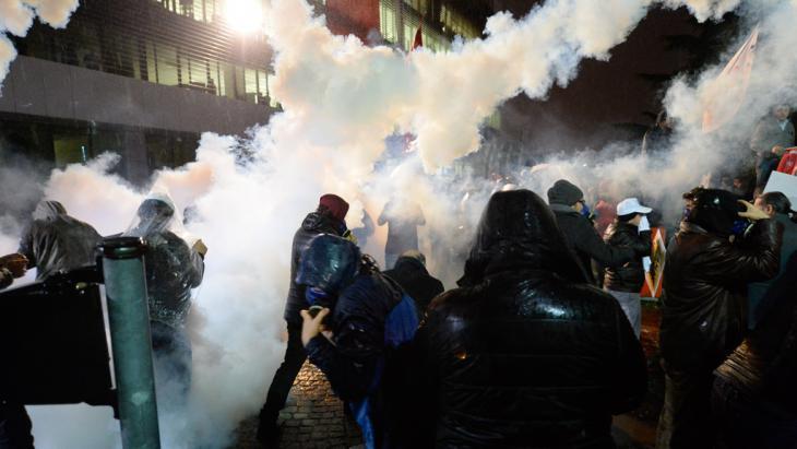 """Schlagstock und Tränengaseinsatz der türkischen Polizei am 5 März gegen Unterstützer der Zeitung """"Zaman"""" in Istanbul; Foto: picture-alliance/abaca"""