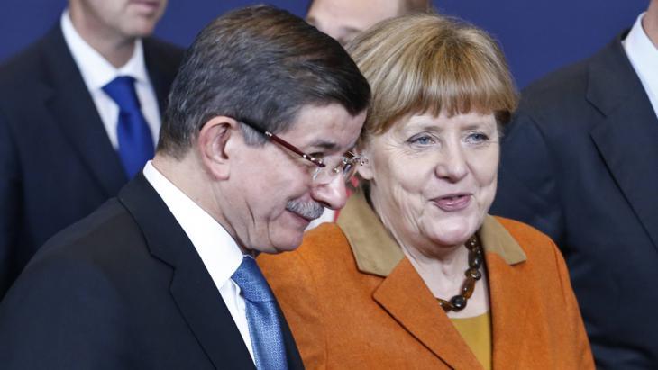 Angela Merkel und Ahmet Davutoğlu auf dem EU-Türkei-Gipfel in Brüssel; Foto: Imago/Xinhua