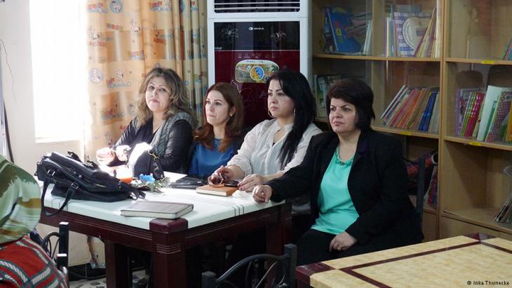 Vier Kurdinnen, die an der Schreibwerkstatt im südirakischen Basra teilnehmen; Foto: Inka Thunecke/DW
