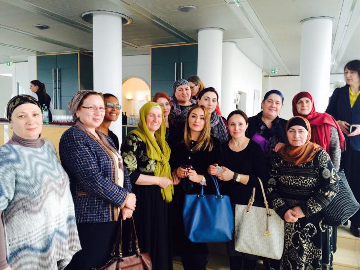 """Die ersten österreichischen Mütterschulabsolventinnen aus der tschetschenischen Community bei der Zertifikatsverleihung am 8. März 2016 in Wien; Foto: """"Frauen ohne Grenzen"""""""