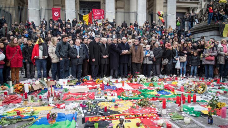 Trauerkundgebung mit Belgiens Premierminister Geert Bourgeois in  Brüssel nach den Anschlägen; Foto: picture-alliance/dpa/A. Belot