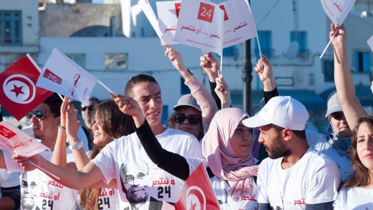 Anhänger Moncef Marzoukis im Wahlkampf in Tunis; Foto: DW/S. Mersch