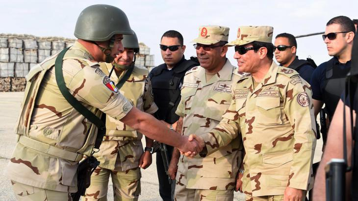 Ägyptens Staatschef Al-Sisi zu Besuch im Sinai; Foto: picture-alliance/Office Of The Egyptian President