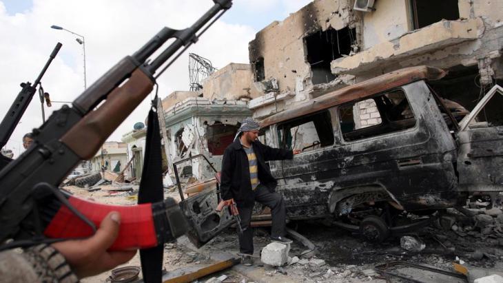 Milizen im zerstörten Misrata; Foto: picture alliance/dpa