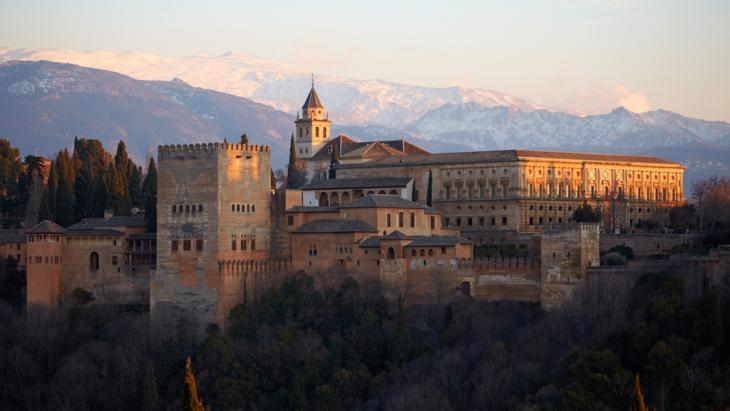 Alhambra with the Sierra Nevada in the background (photo: picture-alliance/R. Linke)