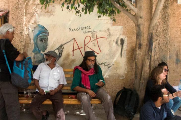 """Teilnehmer am """"Forum für kulturellen Widerstand"""" vor dem Freedom Theatre; Foto: Ylenia Gostoli"""